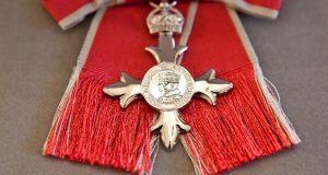 los_pins_de_la_reina_la_musica_y_la_orden_del_imperio_britanico_10036