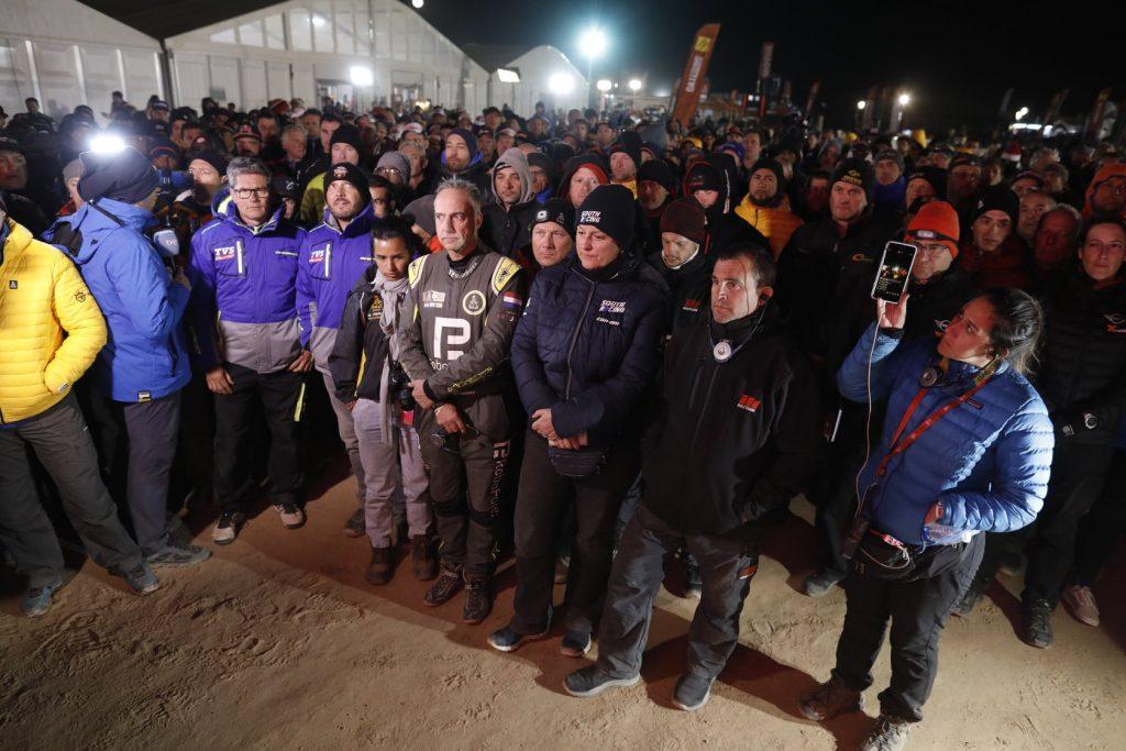 Foto de l'organització del RALLY DAKAR en el moment de comunicar la decisió de la suspendre la vuitena etapa per la mort del pilot de motos portuguès.