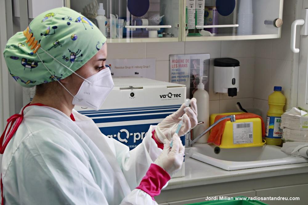 El personal sanitari rep segona dosi vacuna COVID-19 - 01