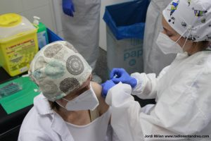 El personal sanitari rep segona dosi vacuna COVID-19 - 08