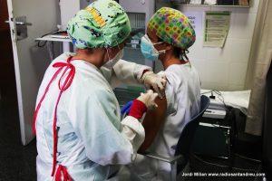 El personal sanitari rep segona dosi vacuna COVID-19 - 09