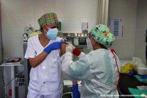 El personal sanitari rep segona dosi vacuna COVID-19 - 10